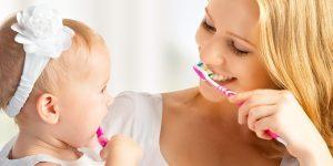 mama si fetita curata dintii