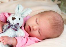 Cum trebuie imbracati bebelusii pentru somn