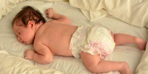 somnul bebelusului pe burtica