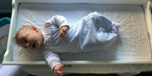 bebe cazut din pat lovit la cap