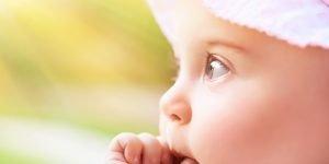 bebe cu degetul in gura 2