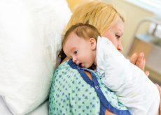 Cum il ajuti pe bebe sa eructeze