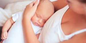 in brate la mami de ce vrea bebe toata ziua in brate