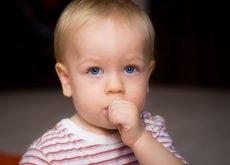 bebe cu degetul in gura
