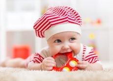 bebe cu jucarie de dentitie