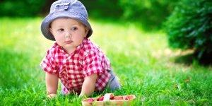 copil in parc merge pe iarba in patru labe