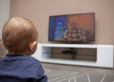 baietel se uita la tv