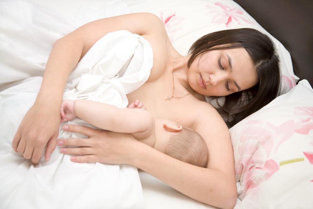 Locul unde doarme bebelusul noaptea influenteaza inclusiv alaptarea