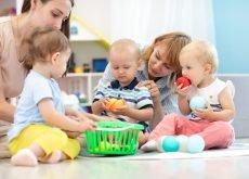 adult se joaca cu copiii