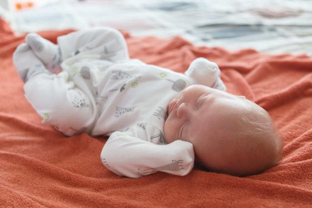 bebelus doarme pe spate