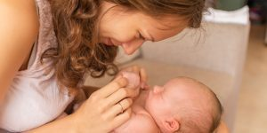 mama si nou nascut in primele zile dupa nastere