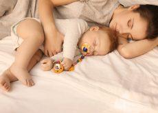 Dormi în pat cu copilul
