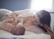 mama hraneste bebe cu lapte praf
