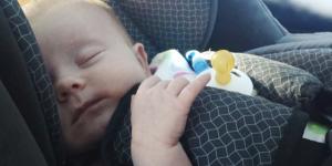 bebe in masina vara