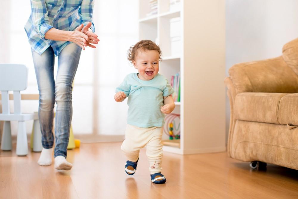 bebe invata sa mearga singur