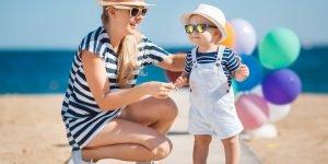 bebelusul bronzat pe plaja cu mama