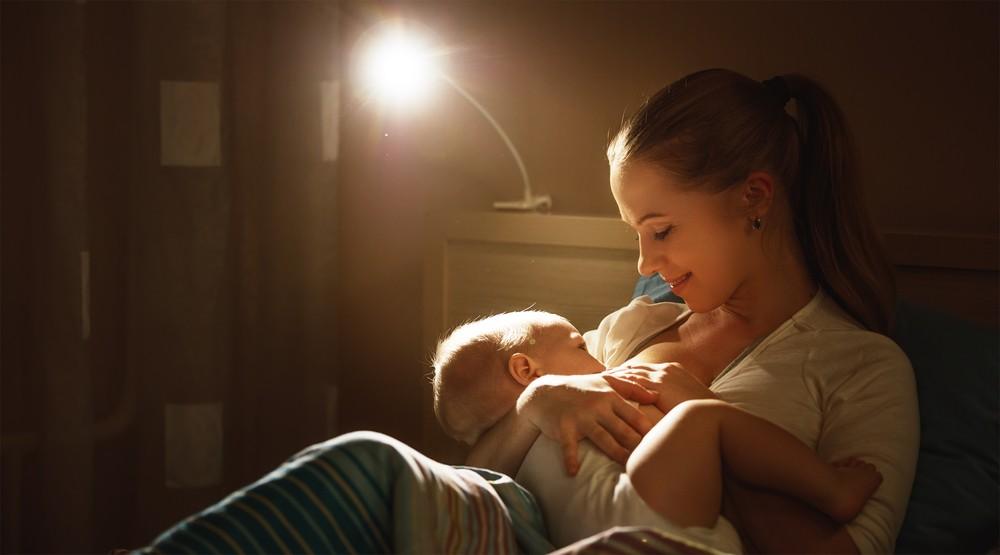 de ce se trezec bebelusii alaptati sa manance noaptea