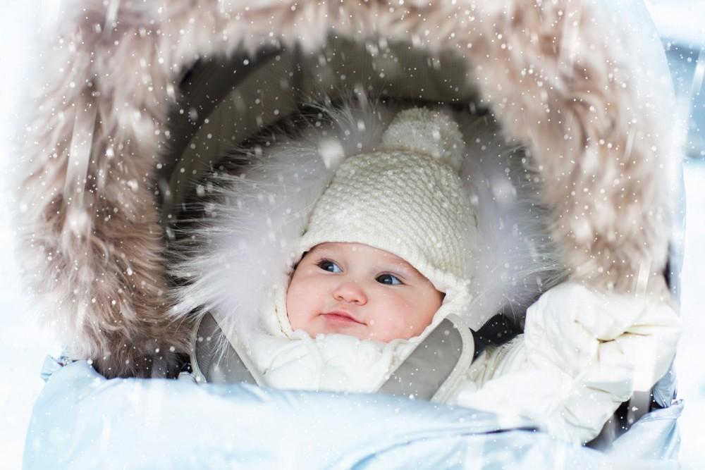 plimbare bebe frig ceata iarna cand iesim