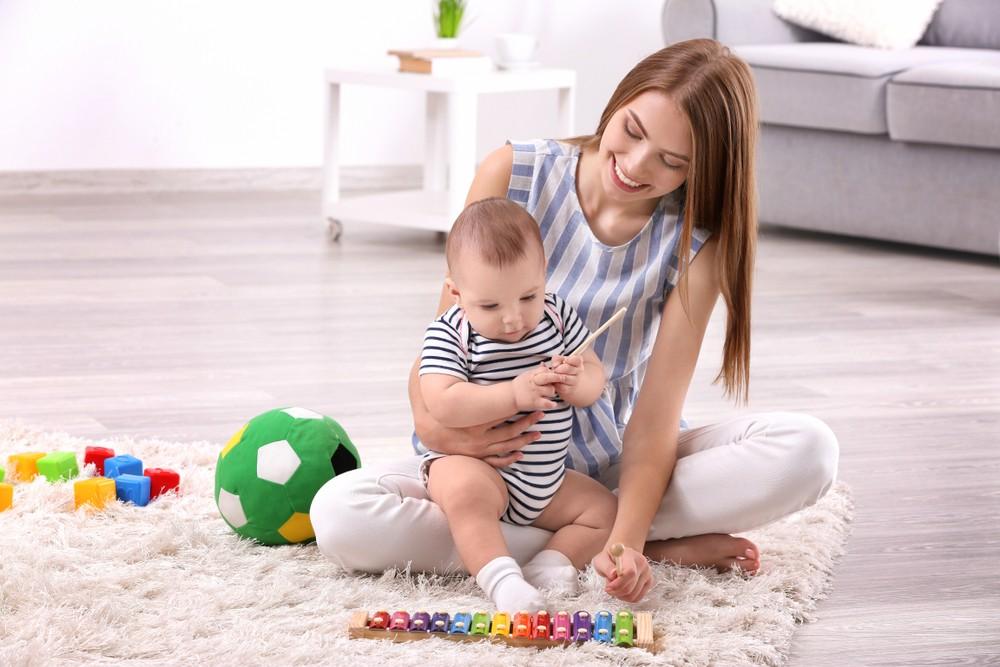 mama se joaca cu bebe