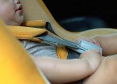 copil lasat sa doarma in scaunul auto risc de asfixie