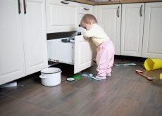 copil se joaca cu castroane