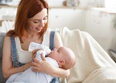 mama hraneste bebele cu biberonul de lapte praf