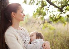 alaptare in public mama cu copilul in parc