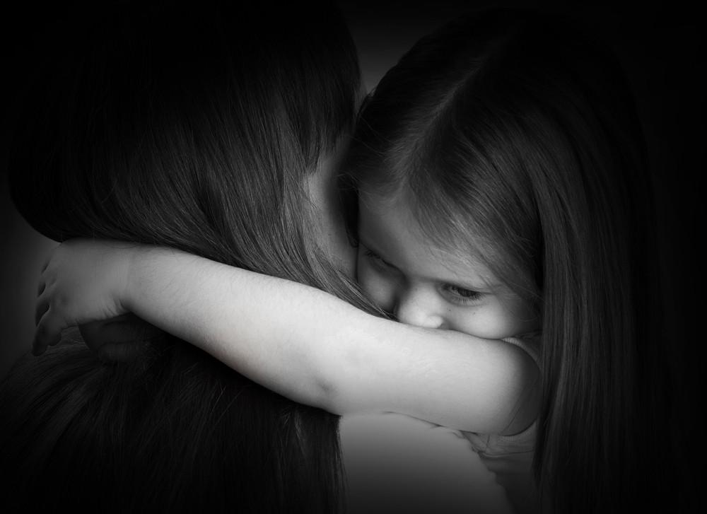 fetita trista in bratele mamei